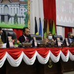 Bersama Sekdaprov Kepri, Arif Fadillah, Ketua DPRD Kepri Jumaga Nadeak memimpin jalannya sidang paripurna