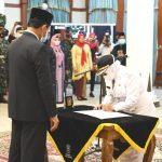 Disaksikan Gubernur Kepri, Isdianto, Rahma menandatangani berita acara pelantikan