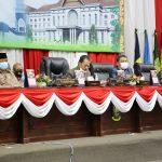 Gubernur Kepri, Isdianto bersama Ketua DPRD Kepri Jumaga Nadeak mendengarkan pandangan umum fraksi