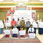 Gubernur Kepri, Isdianto foto bersama pelajar penerima bantuan internet gratis