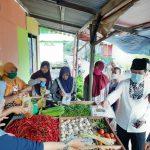 Gubernur Kepri, Isdianto membagikan masker ke pedagang Kampung Bugis