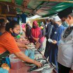 Gubernur Kepri, Isdianto membeli ikan di Pasar Kampung Bugis