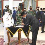 Gubernur Kepri, Isdianto menandatangani berita acara pelantikan Rahma