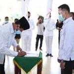 Gubernur Kepri, Isdianto menandatangani berita acara pengukuhan
