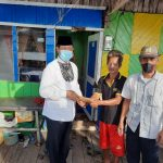 Gubernur Kepri, Isdianto menyerahkan bantuan ke warga