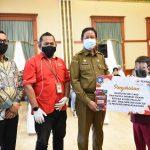 Gubernur Kepri, Isdianto menyerahkan bantuan kuota internet gratis ke pelajar