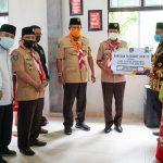 Gubernur Kepri, Isdianto menyerahkan bantuan kuota internet gratis ke pelajar di Anambas