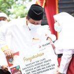 Gubernur Kepri, Isdianto menyerahkan bantuan kuota internet gratis ke pelajar di Karimun