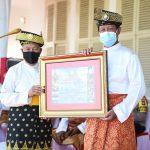 Gubernur Kepri Isdianto menyerahkan penghargaan kepada Ketua LAM Kepri, Abdul Razak