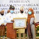 Gubernur Kepri Isdianto menyerahkan penghargaan kepada mantan Wali Kota Tanjungpinang, Suryatati A Manan