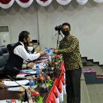 Juru bicara Dapil Karimun, Iskandarsyah menyerahkan laporan ke Pimpinan DPRD Kepri