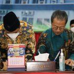 Ketua DPRD Kepri Jumaga Nadeak bersama Pjs Gubernur Bahtiar Baharuddin menandatangani KUPA PPAS APBDP 2020