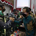 Ketua DPRD Kepri Jumaga Nadeak menyapa perwakilan FKPD