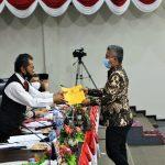 Ketua Fraksi Golkar, Teddy Jun Askara menyerahkan laporan fraksi