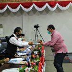 Ketua Fraksi Harapan Bakti Lubis menyerahkan laporan kepada Ketua DPRD Jumaga Nadeak