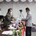 Ketua Fraksi NasDem, Khazalik menyerahkan pandum fraksi ke Ketua DPRD Kepri