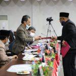 Ketua Fraksi PDIP Lis Darmansyah menyerahkan pandum fraksi ke Ketua DPRD Kepri