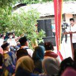 Masyarakat saat mendengarkan sambutan Gubernur Kepri, Isdianto