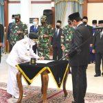 Penandatanganan berita acara pelantikan oleh Wali Kota Tanjungpinang, Rahma