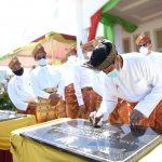 Penandatanganan prasasti peresemian SMA di Natuna oleh Gubernur Kepri Isdianto
