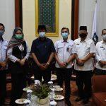 Pimpinan Bank BTN Syariah Cabang Batam foto bersama Gubernur Kepri, Isdianto